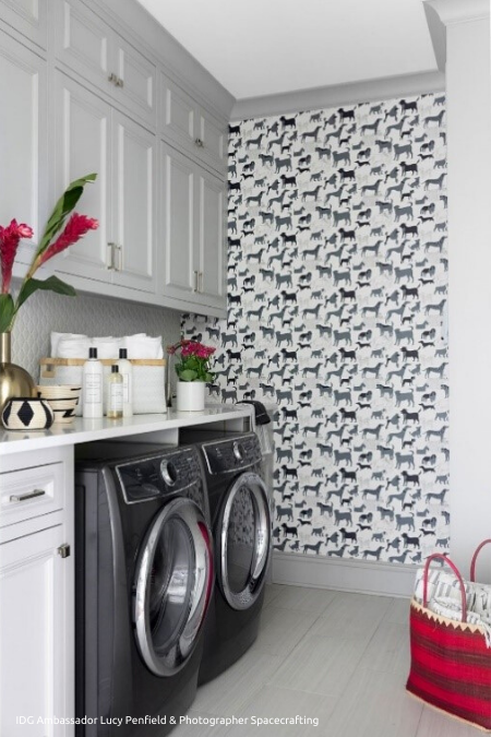 Dog_Wallpaper_in_Laundry_Room_450x675 (1)